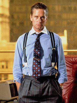 Michel Douglas con la camicia celeste e le bretelle. 5e77b32e8ac